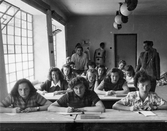 Žiačky textilného oddelenia na Škole umeleckých remesiel v Bratislave. 30. roky, archív SMD.