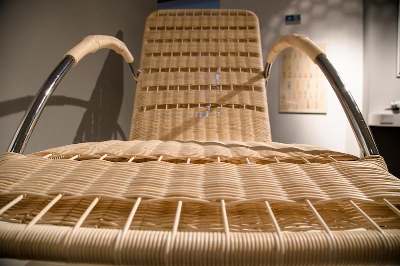 """Replika v mierke 1:1 - kreslo - ležadlo na výstave """"Nebáť sa moderny!"""" v priestoroch Historického múzea SNM na Bratislavskom hrade. Foto: Samuel Okel"""
