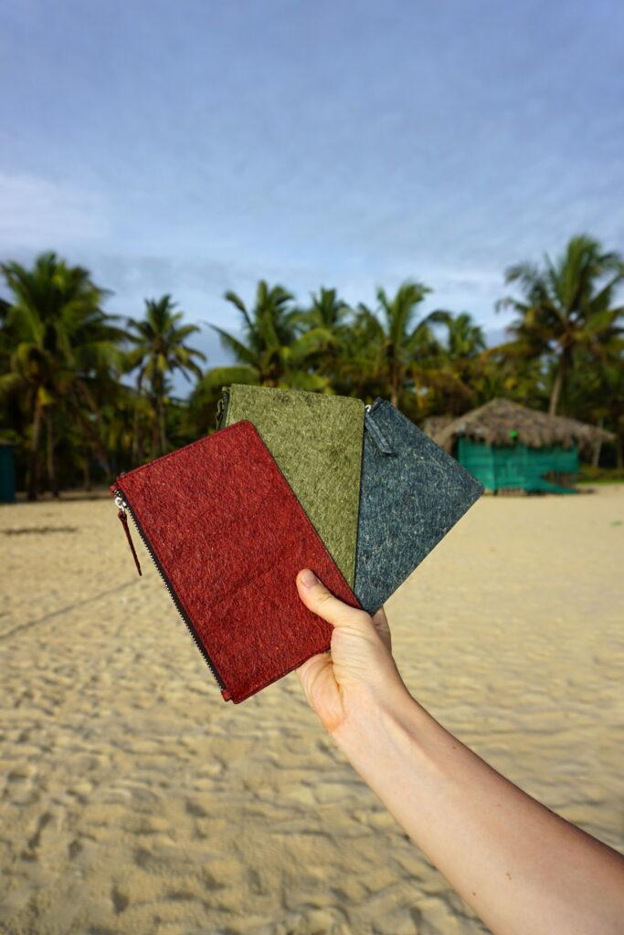 Malé listové kabelky vyrobené z kokosovej vody a prírodných vláken. Lokalita: Marari beach, Kerala, India, 2019.