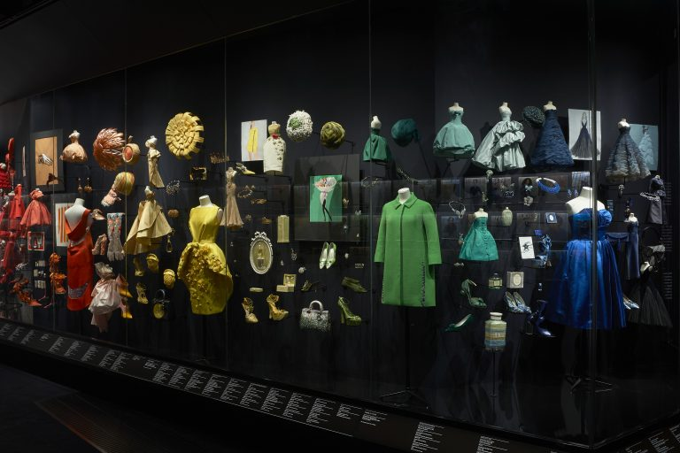 Pohľad do výstavy Christian Dior: Designer of Dreams, sekcia Dioráma. Foto © Adrien Dirand. Victoria & Albert Museum, London.