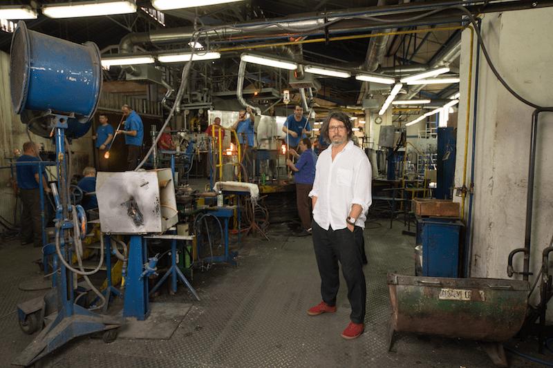 Portrét Patrika Illa vo fabrike firmy RONA, a. s. v Lednických Rovniach, Slovensko (© Šymon Kliman)