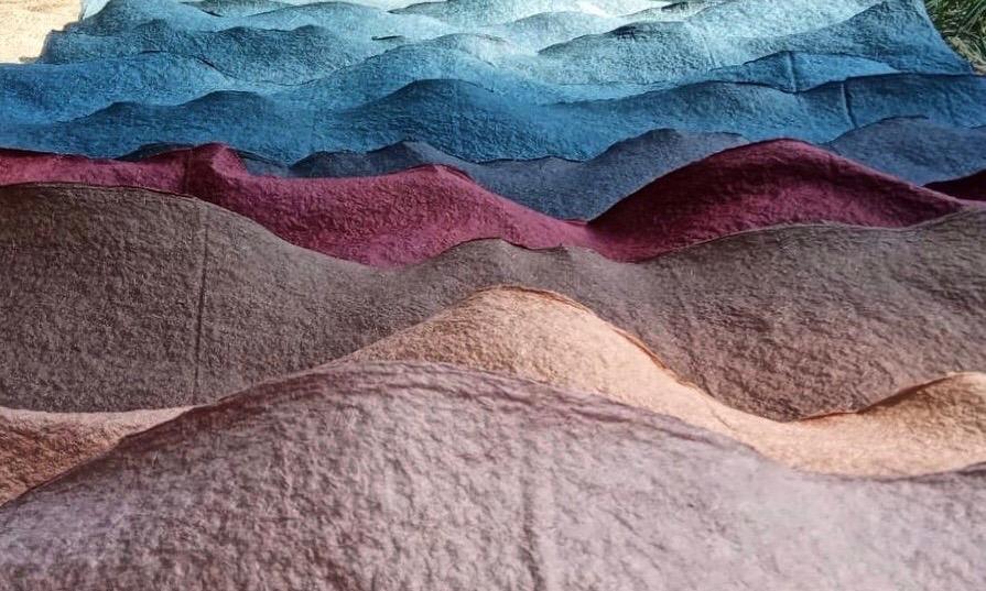 Farebnú škálu materiálu dosiahol start up vďaka farbivám z indických rastlín