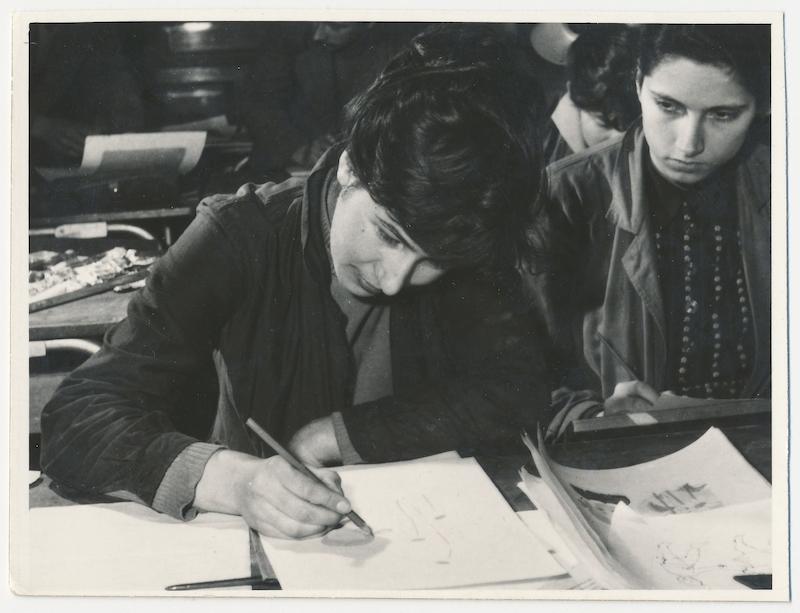 Študentka Helena Suchá-Sojáková v ateliéri ŠUP vBratislave, 50. roky 20. storočia