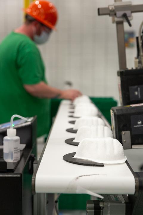 Otvorenie novej výrobnej linky Honeywell na výrobu respirátorov N95 v Smithfield,RhodeIsland, USA, ako reakcia na zvýšný dopyt po ochranných prostriedkoch po prepuknutí pandémie COVID-19, 2020