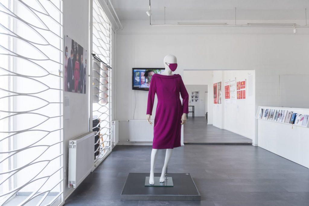 Jana Kuzmová: Šaty s rúškom pre prezidentku Zuzanu Čaputovú. Výstava Design is Now!, Galéria dizajnu Satelit, júl – september 2020. Foto: Adam Šakový