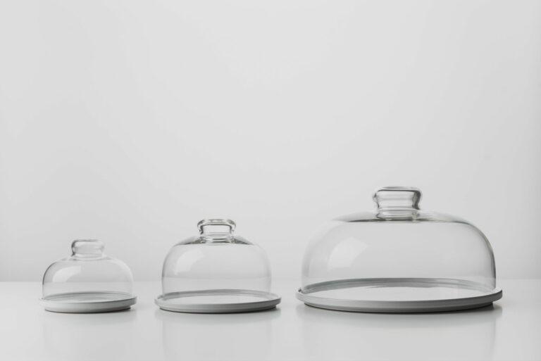 Kolekcia troch keramických tanierov so skleneným poklopom