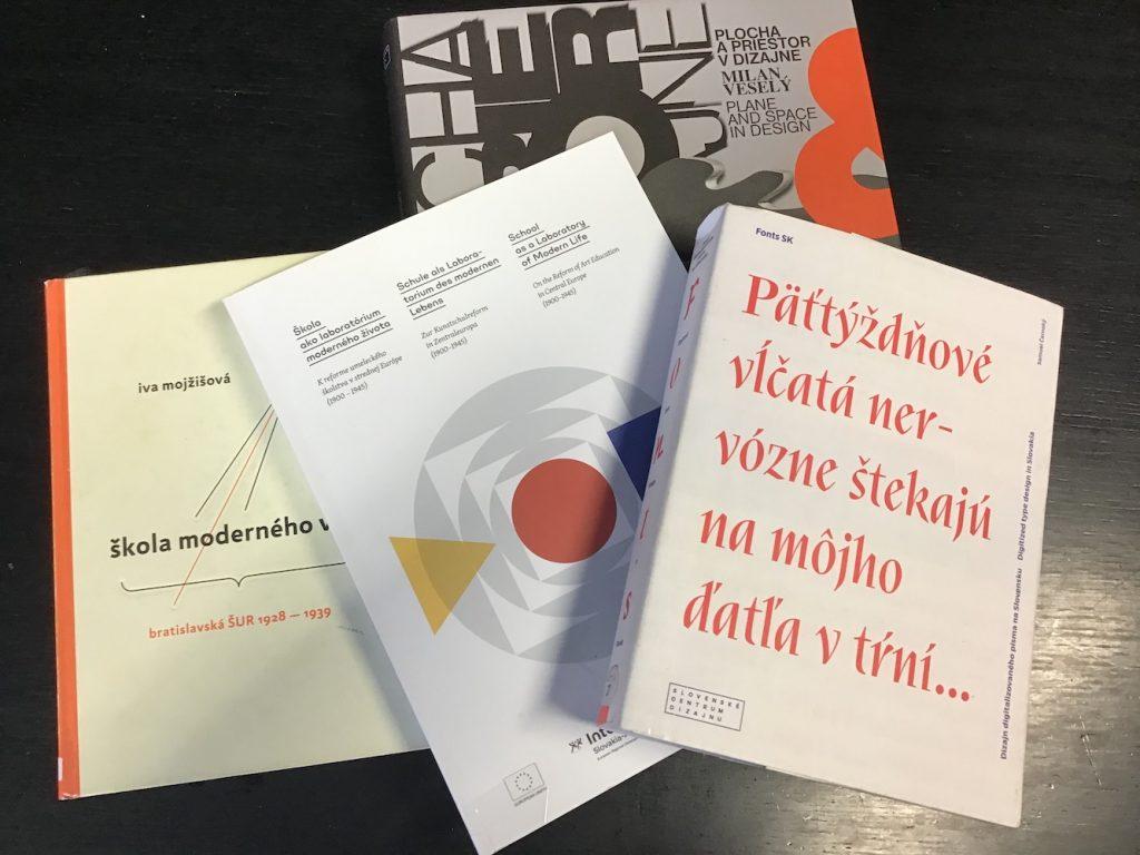Výber vydaných publikácií Slovenského centra dizajnu. Foto: Ľubica Pavlovičová