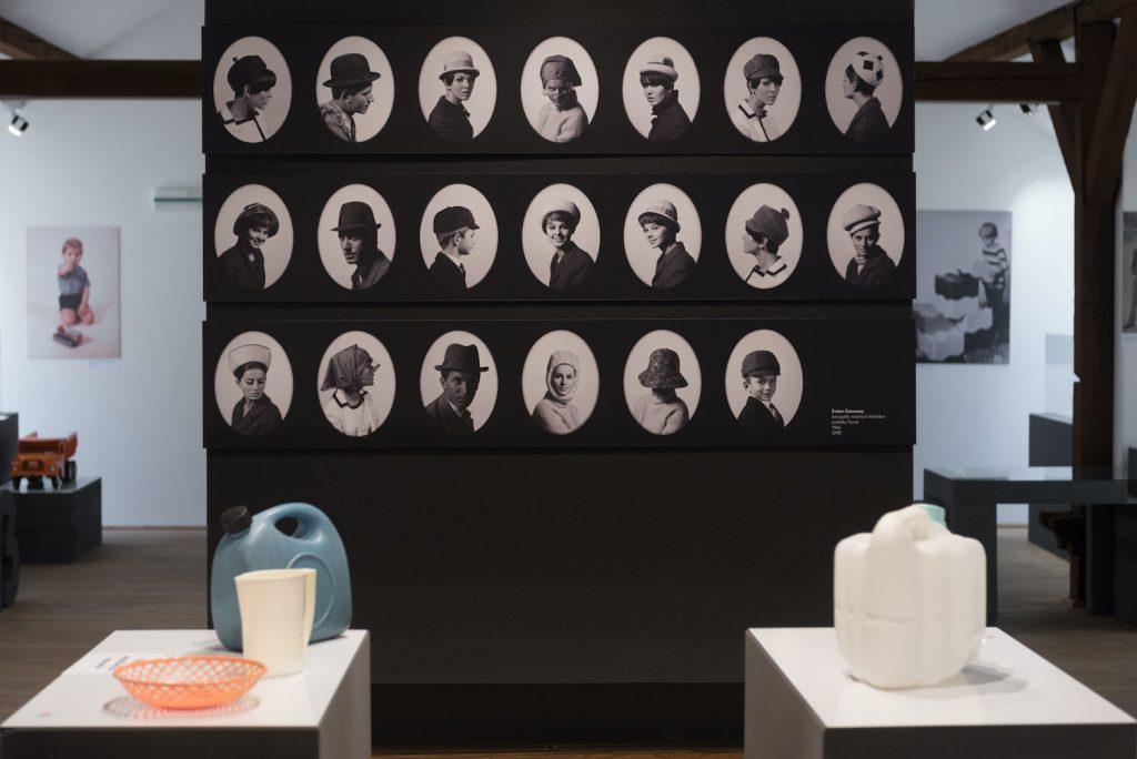 Výstava Farebná šeď/Buntes Grau v podkroví Hurbanových kasární, október 2016 – február 2017. Foto: Maroš Schmidt