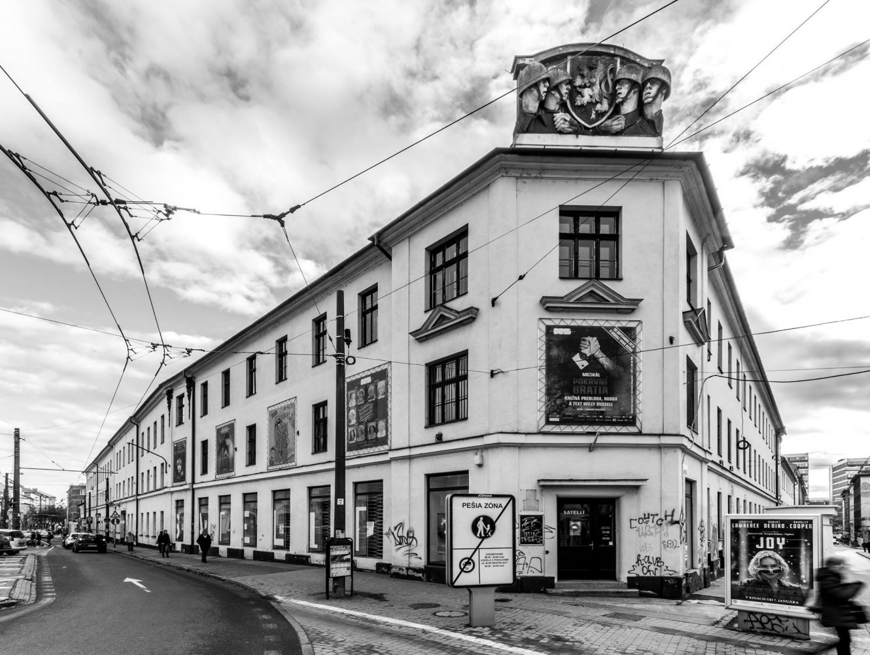 Hurbanove kasárne, pôvodný nápis Satelit vo výkladoch galérie, 2013. Foto Adam Šakový
