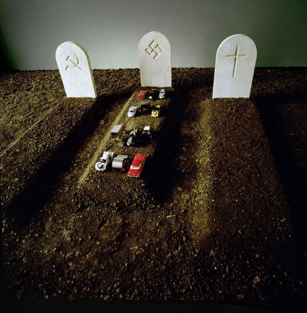 Alegória smrti, 3 náhrobné kamene, autíčka, pôda, vystavené v galérii Galleria d'Arte Moderna, Republika San Marino v roku 1988, Národná galéria moderného a súčasného umenia, Rím, 1987 © Triennale di Milano
