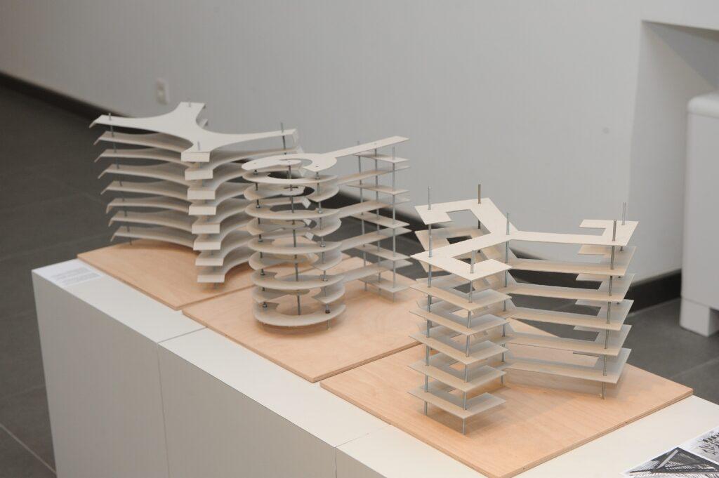 Rekonštrukcie modelov z cvičení mechanickej metódy priestorovej kompozície žiakov ŠUR na oddelení Františka Tröstera.