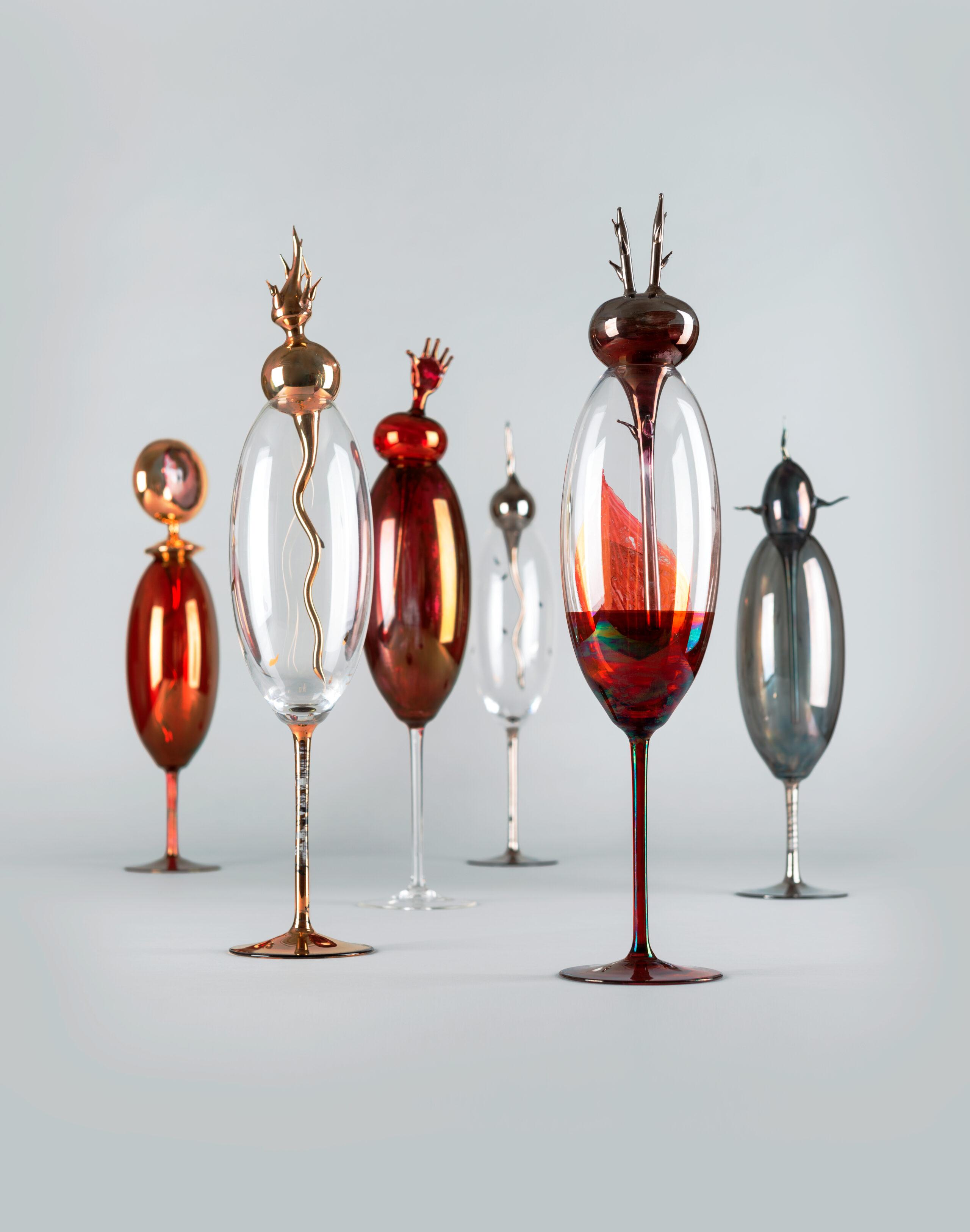 Palo Macho: Dobré nádoby, ručne fúkané sklo, dekorovanie farbami, listrom, vložené detaily fúkanie nad kahanom, 2003. Zbierky SMD. Foto Adam Šakový