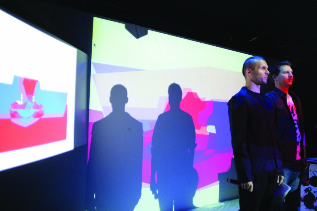 Scéna s multimediálnou projekciou a moderátori KUPÉ 4 (Braňo matis Palo Balík)