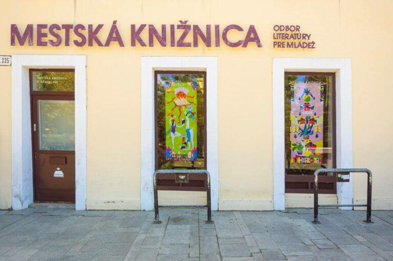 Ové Pictures vo výklade Mestskej knižnice v Bratislave