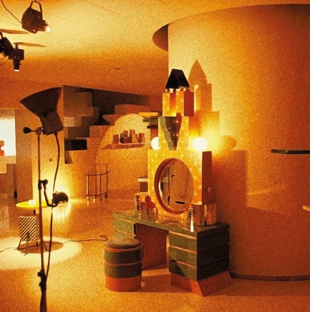 Atmosféra výstavy MEMPHIS FURNITURE MILANO 1981 v súkromnej galérii ARC ´74 majiteľov Brunelly a Mária Godani, na Corso Europa 2 v Miláne. Foto archív Andrej Gürtler