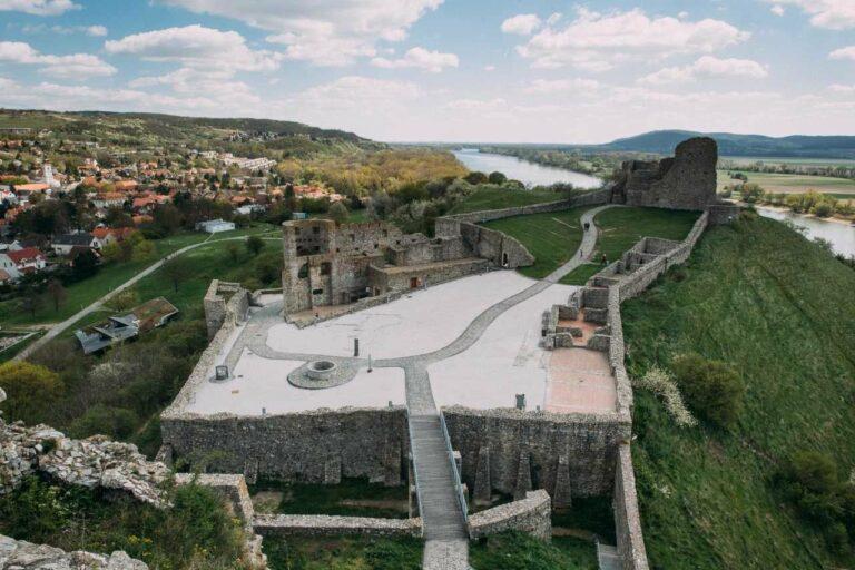 Riešenie návštevníckej infraštruktúry v areáli hradu Devín