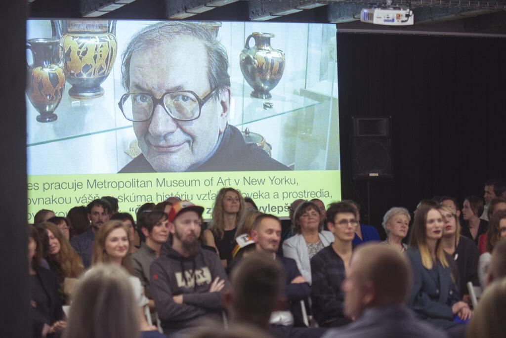 Z udeľovania ocenení NCD 2017 v Novej Cvernovke. Na projekcii Eduard Toran, ktorý dostal Cenu za prínos v oblasti kultúry. Foto archív SCD