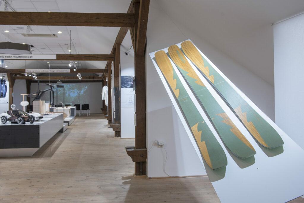 Z výstavy NCD 2016 v podkroví Hurbanových kasární. Ocenené dielo lyže Forest Skis, model LOTOR (Viktor Devečka, Broňa Brtáňová). Foto archív SCD