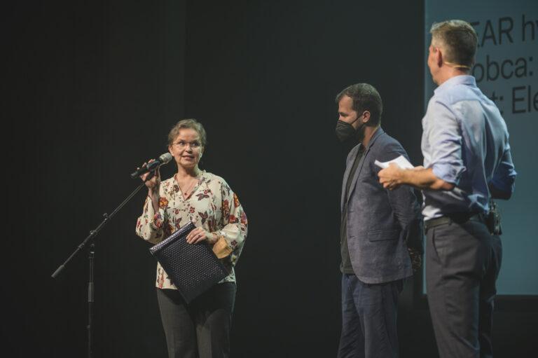 Pani Petronela Kolevská, riaditeľka odboru podpory kreatívneho priemyslu Slovenskej inovačnej a energetickej agentúry odovzdala ocenenie v oblasti Nové horizonty. Ocenenie získalo dielo SPEAR hydro prototyp autora Martina Šichmana. Foto Adam Šakový