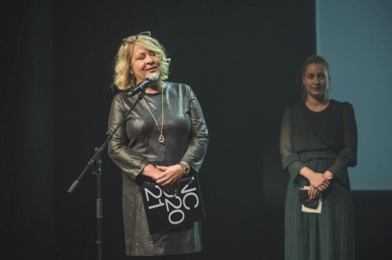 Naše pozvanie na galavečer prijala aj pani Silvia Porubänová, výkonná riaditeľka Slovenského národného strediska pre ľudské práva, ktorá odovzdala cenu v oblasti Spoločnosť & životné prostredie. Cenu získalo dielo Amenge autorky Zuzany Zmatekovej. Ocenenie prevzala Lea Pakuszová. Foto Adam Šakový